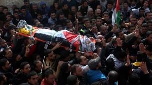 تشييع جثمان امجد سكري، الذي قُتل اثناء تنفيذه هجوم ضد جندي اسرائيلي في مستوطنة بيت ايل، 1 فبراير 2016 (AFP / JAAFAR ASHTIYEH)