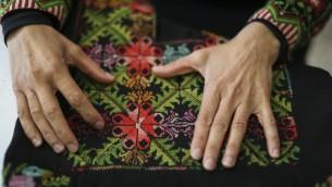 في هذه الصورة التوضيحية، سيدة بدوية تعرض صناعات يدوية نسائية في 'تطريز الصحراء:  جمعية تحسين مكانة المرأة' في بلدة اللقية البدوية، 1 أبريل، 2014. (Hadas Parush/Flash 90))