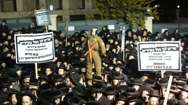 متظاهرون حاريديم يحتجون على التجنيد العسكري في حي مئة شعاريم في القدس، 22 ديسمبر، 2015. (Yonatan Sindel/Flash90)