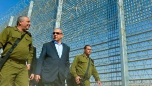 رئيس الوزراء بنيامين نتنياهو ورئيس هيئة اركان الجيش غادي ايزنكوت يزورون موقع بناء السياج الحدودي بين اسرائيل والاردن، 9 فبراير 2016 (Kobi Gideon/GPO)