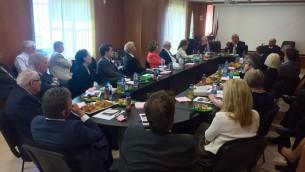 اعضاء بعثة 'اصدقاء اسرائيل المحافظين' يلتقون مع مسؤولين من منظمة التحرير الفلسطينية في رام الله، 17 فبراير 2016 (James Gurd)