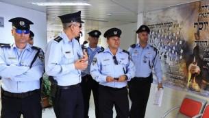صورة توضيحية: أفراد شرطة إسرائيليين في بيت شيميش، 17 مارس، 2015. (Yaakov Naumi/FLASH90)