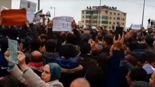 معلمون معتصمون امام مقر الحكومة الفلسطينية في رام الله للمطالبة بتحسين رواتبهم، 23 فبراير 2016 (screen capture: YouTube)