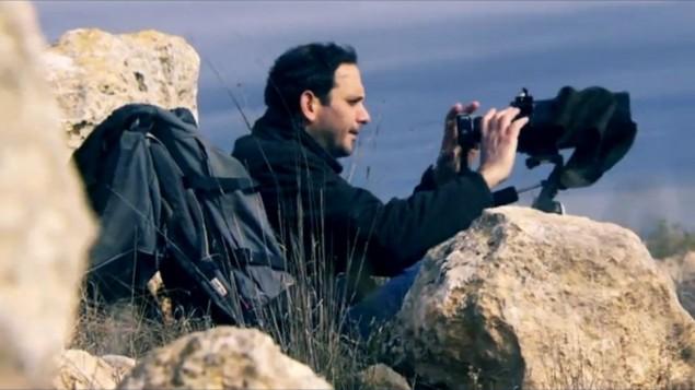 غلعاد آخ، رئيس منظمة 'عاد كان' اليمينية، في الضفة الغربية. (لقطة شاشة: Channel 2/Uvda)