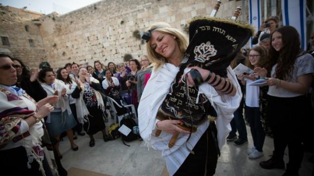 امرأة ترقص مع التوراة خلال صلاة شهرية في حائط المبكى، اقدس الاماكن في الديانة اليهودية، 20 ابريل 2015 (Miriam Alster/Flash90)