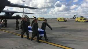 جثامين ثلاثة الإسرائيليين الذين قُتلوا في تفجير انتحاري في اسطنبول تصل اسرائيل، 20 مارس 2016 (Foreign Ministry/Courtesy)