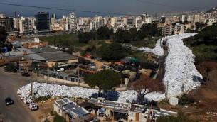 اكوام النفايات في شارع في احدى ضواحي العاصمة اللبنانية بيروت، 25 فبراير 2016 (JOSEPH EID / AFP)