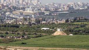 صورة تم التقاطها من الجانب الإسرائيلي للحدود مع غزة تظهر موقعا لحماس على تلة (من اليسار) بالقرب من الحدود، 25 فبراير، 2016. (Jack Guez/AFP)