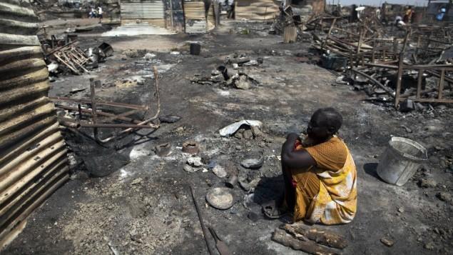 امرأة جنوب سودانية في موقع كان فيه ملجأ تابع للامم المتحدة وقعت فه اشتباكات، 26 فبراير 2016 (ALBERT GONZALEZ FARRAN / AFP)