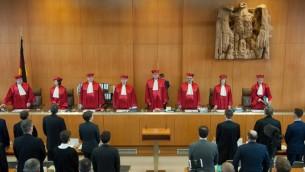 قضاة المحكمة الدستورية الالمانية في بداية جلسة للنظر في حظر حزب النازيين الجدد، 1 مارس 2016 (MARIJAN MURAT / DPA / AFP)