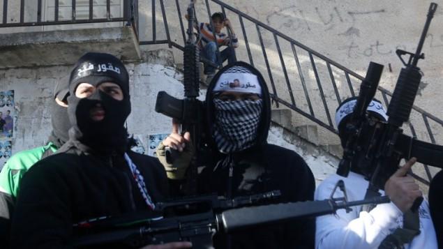 صورة توضيحية: أعضاء في كتائب شهداء الأقصى، الجناح العسكري لحركة فتح، يرفعون أسلحتهم خلال مسيرة لدعم رئيس السلطة الفلسطينية محمود عباس وحكومته في 1 مارس، 2016، في مخيم بلاطة للاجئين  بالقرب من نابلس بالضفة الغربية.  (AFP / JAAFAR ASHTIYEH)