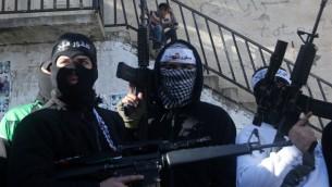 مقاتلين في كتائب شهداء الاقصى يرفعون اسلحتهم خلال مظاهرة دعم لرئيس السلطة الفلسطينية وحكومته في مخيم بلاطة بالقرب من نابلس، 1 مارس 2016 (AFP / JAAFAR ASHTIYEH)