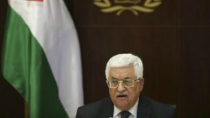 رئيس السلطة الفلسطينية محمود عباس يترأس إجتماعا للجنة التنفيذية لمنظمة التحرير الفلسطينية في مكتبه في رام الله بالضفة الغربية، 1 مارس، 2016. (Fadi Arouri/Pool/AFP)