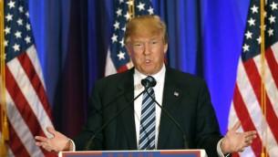 المرشح الجمهوري للرئاسة دونالد ترامب يتحدث مع الإعلام خلال مؤتمر صحفي في 5 مارس، 2016، في بالم بيتش بولاية فلوريدا. (AFP / RHONA WISE)