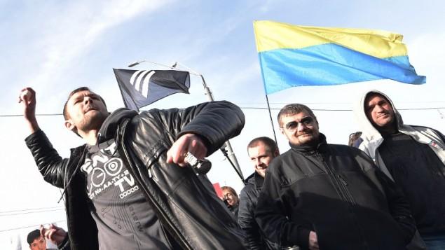 نشطاء يرشقون البيض والحجارة على السفارة الروسية في كييف، 6 مارس 2016 (AFP / SERGEI SUPINSKY)