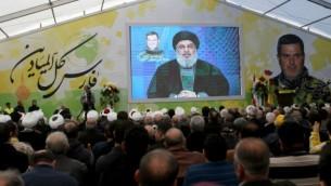 مناصرو منظمة حزب الله يتابعون خطابا متلفزا للأمين العام للمنظمة في قرية أنصار اللبنانية، 6 مارس، 2016. (AFP/Mahmoud Zayyat)
