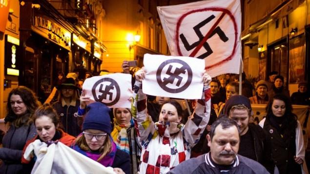 اشخاص يشاركون في مظاهرة ضد اليمين المتطرف بعد نتائج الانتخابات البرلمانية في سلوفاكيا، 7 مارس 2016 (AFP / VLADIMIR SIMICEK)