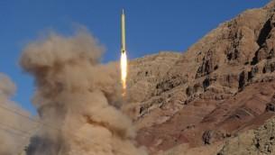 اطلاق صاروخ بالستي بعيد المدى خلال تجربة إيرانية في شمال البلاد، 9 مارس 2016 (MAHMMOD HOUSSEINI / TASNIM NEWS / AFP)