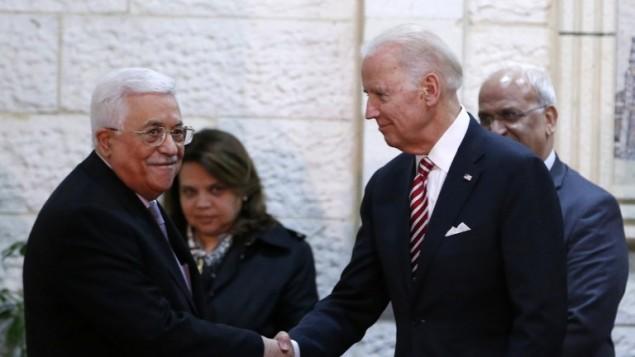 نائب الرئيس الأمريكي جو بادين (من اليمين) يصافح رئيس السلطة الفلسطينية محمود عباس خلال لقاء جمعهما في مدينة رام الله في الضفة الغربية، 9 مارس، 2016. (AFP/Abbas Momani)
