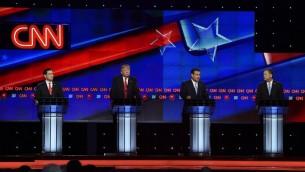 سيناتور فلوريدا ماركو روبيو (من اليسار) ودنالد ترامب (في الوسط) وسيناتور تكساس تيد كروز (من اليمين) وحاكم ولاية أوهايو جون كيسيك خلال المناظرة التلفزيونية للمرشحين الجمهوريين على شبكة CNN في 10 مارس، 2016 في ميامي بولاية فلوريدا. ( AFP / RHONA WISE)