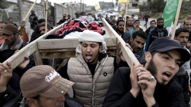 مشيعون فلسطينيون يحملون جثمان الطفلة إسراء أبو خوصة (6 أعوام) خلال جنازتها في 12 مارس، 2016 في بيت لاهيا شمال قطاع غزة. (AFP / MAHMUD HAMS)