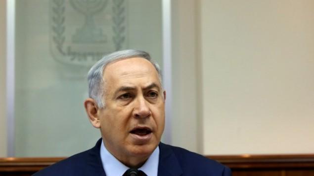 رئيس الوزراء بينيامين نتنياهو يترأس الجلسة الأسبوعية للحكومة في ديوانه في القدس، 13 مارس، 2016. (AFP / GALI TIBBON)