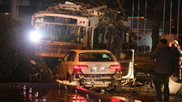 حافلة محروقة بعد هجوم بسيارة مفخخة في وسط انقرة، تركيا، 13 مارس 2016 (AFP/Erol Ucem)