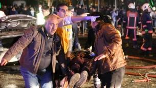 اشخاص يحملون شخص مصاب في شاحة هجوم بسيارة مفخخرة في ساحة مرزية في انقرة، 13 مارس 2016 (EROL UCEM / AFP)