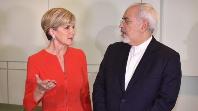 وزيرة الخارجية الاسترالية جولي بيشوب تتحدث مع نظيرها الإيراني محمد جواد ظريف قبل لقاء في البرلمان في كانبيرا، 15 مارس 2016 (AFP/MARK GRAHAM)