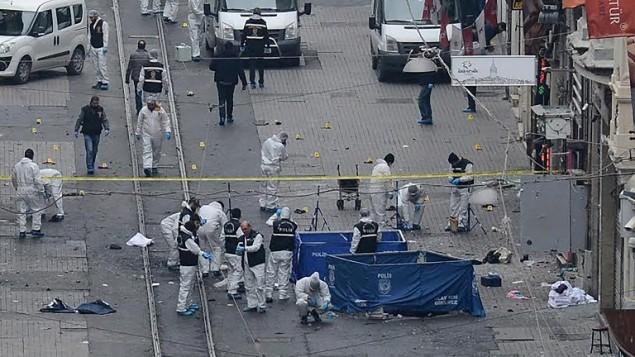 الشرطة التركية وخبراء الأدلة الجنائية وطواقم الطوارئ في موقع الإنفجار في شارع الإستقلال في إسطنبول، 6 مارس، 2016. (AFP/ILHAS NEWS AGENCY)