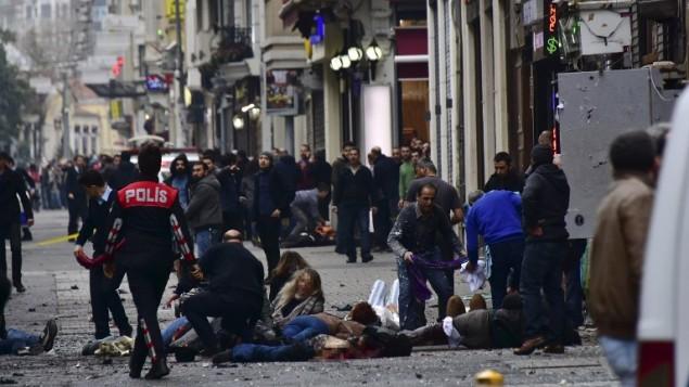 جرحى يتلقون الإسعاف الأولي في موقع الإنفجار الذي هز شارع الإستقلال السياحي في إسطنبول، 19 مارس، 2016. (Etkin News agency/AFP)