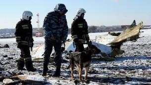 عمال اغاثة روس يتفحصون حطام طائرة 'فلاي دبي' التي تحطمت في مطار روستوف نا دونو في روسيا، 20 مارس 2016 (STR / AFP)
