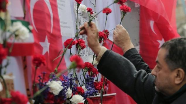 اشخاص يضعون الازهار في موقع الهجوم الانتحاري في شارع استقلال في مركز مدينة اسطنبول التركية، 20 مارس 2016 (YASIN AKGUL / AFP)