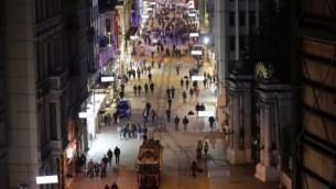 شارع إستقلال السياحي وسط إسطنبول، بعد يوم واحد من الهجوم الإنتحاري الذي هزه، 20 مارس، 2016. (AFP/YASIN AKGUL)