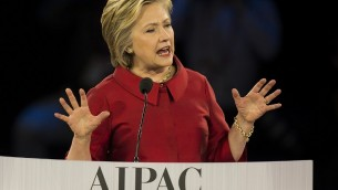 المرشحة الديمقراطية للرئاسة الامريكية هيلاري كلينتون خلال تقديم خطاب امام مؤتمر إيباك السنوي في واشنطن، 21 وارس 2016 (AFP / Jim Watson)