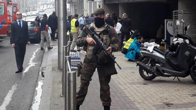 جندي بلجيكي يقف خارج محطة مترو الأنفاق مالبيك في بروكسل، 22 مارس، 2016 بعد أن أسفر انفجار هز المحطة عن مقتل 15 شخص. (AFP/Cédric SIMON)