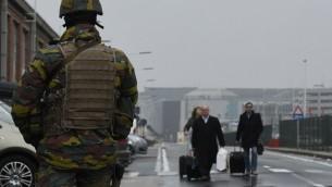 جندي بلجيكي يحرس مدخل مطار بروكسل، 23 مارس 2016 (AFP / JOHN THYS)