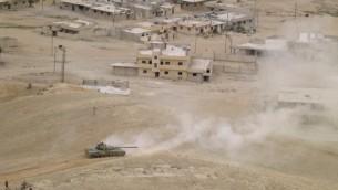 قوات النظام السوري خلال عملية عسكرية لاستعادة مدينة تدمر من ايدي تنظيم الدولة الإسلامية، 26 مارس 2016 (AFP / Maher AL MOUNES)