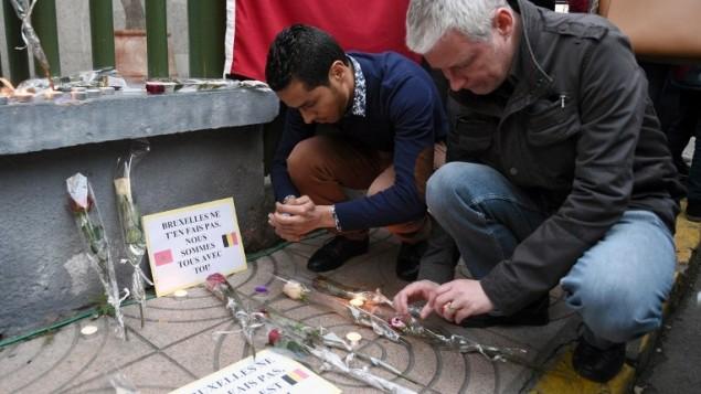 رجل يضيئ شموع في ذكرى ضحايا اعتداءات بروكسل في الضار البيضاء في المغرب، 26 مارس 2016 (Fadel Senna/AFP)
