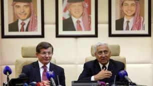 رئيس الوزراء التركي احمد داود اوغلو مع نظيره الأردني عبد الله النسور خلال لقائهما في العاصمة الأردنية عمان، 27 مارس 2016 (KHALIL MAZRAAWI / AFP)