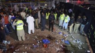 عمال اغاثة باكشتانيون في موقع انفجار انتحاري في مدينة لاهور، 27 مارس 2016 (ARIF ALI / AFP)