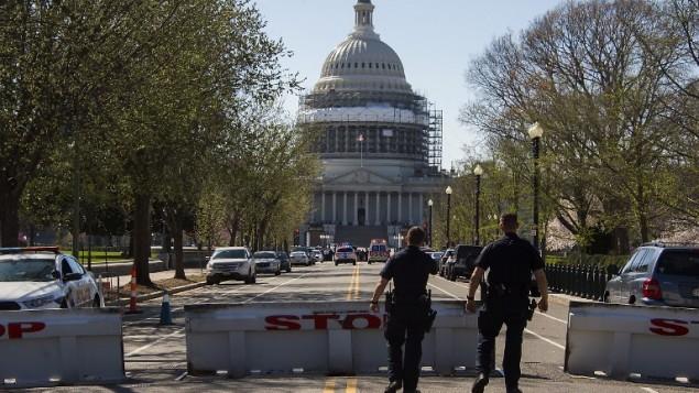 عناصر الشرطة امام مبنى الكونغرس الامريكي بعد عملية اطلاق نار في المبنى في واسنطن، 28 مارس 2016 (JIM WATSON / AFP)