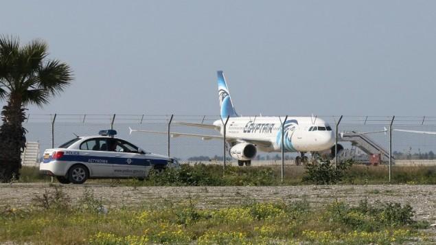 طائرة تابعة لشركة مصر للطيران في مطار لارنكا، بعد ان تم اختطافها وتوجيها الى قبرص، 29 مارس 2016 (AFP / STR)