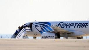 مسافرون يغادرون طائرة تابعة لشركة مصر للطيران تم اختطافها وتوجيها الى مطار لارنكا في قبرص، 29 مارس 2016 (GEORGE MICHAEL / AFP)
