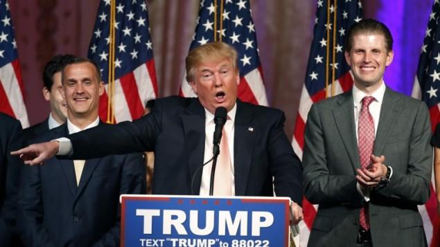 المرشح لانتخابات الحزب الجمهوري للرئاسة دونالد ترامب مع ابنه اريك (يمين) ومدير حملته كوري لوينداوسكي، 16 مارس 2016 (RHONA WISE / AFP)