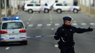 عناصر الشرطة البلجيكية يغلقون الشوارع المحيطة بمحطة المترو مالبيك في بروكسل بعد وقوع انفجار بالقرب من مقر مؤسسات الاتحاد الاوروبي، 22 مارس 2016 (AFP / EMMANUEL DUNAND)