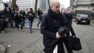 سفين ماري (في وسط الصورة)، محامي المشتبه به في هجمات باريس صلاح عبد السلام، يصل إلى المحكمة في بروكسل في 24 مارس، 2016 خلال التحقيقات في إعتداءات باريس وبروكسل. (AFP/KENZO TRIBOUILLARD)