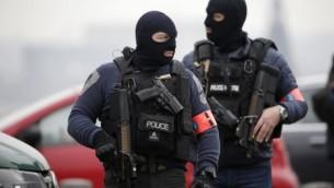 قوات الشرطة الخاصة تقف خارج قاعة المجلس في بروكسل في 24 مارس، 2016 خلال التحقيقات في إعتداءات باريس وبروكسل. (AFP PHOTO / KENZO TRIBOUILLARD)