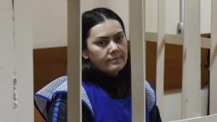 غلوتشيخرا بوبوكولوفا المتهمة بقطع راس طفلة روسية كانت تعتني بها داخل قفص الاتهام في المحكمة، 2 مارس 2016 (VASILY MAXIMOV / AFP)