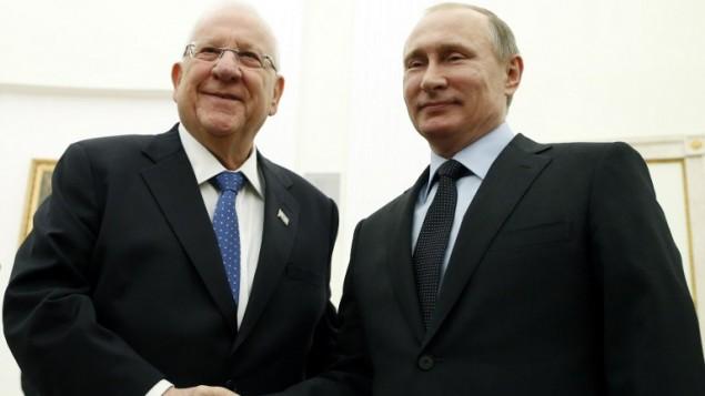 الرئيس الروسي فلاديمير بوتين يرحب بنظيره الإسرائيلي رؤوفين ريفلين خلال لقاء في الكرملين في موسكو، 16 مارس، 2016. (AFP PHOTO / POOL / MAXIM SHIPENKOV)